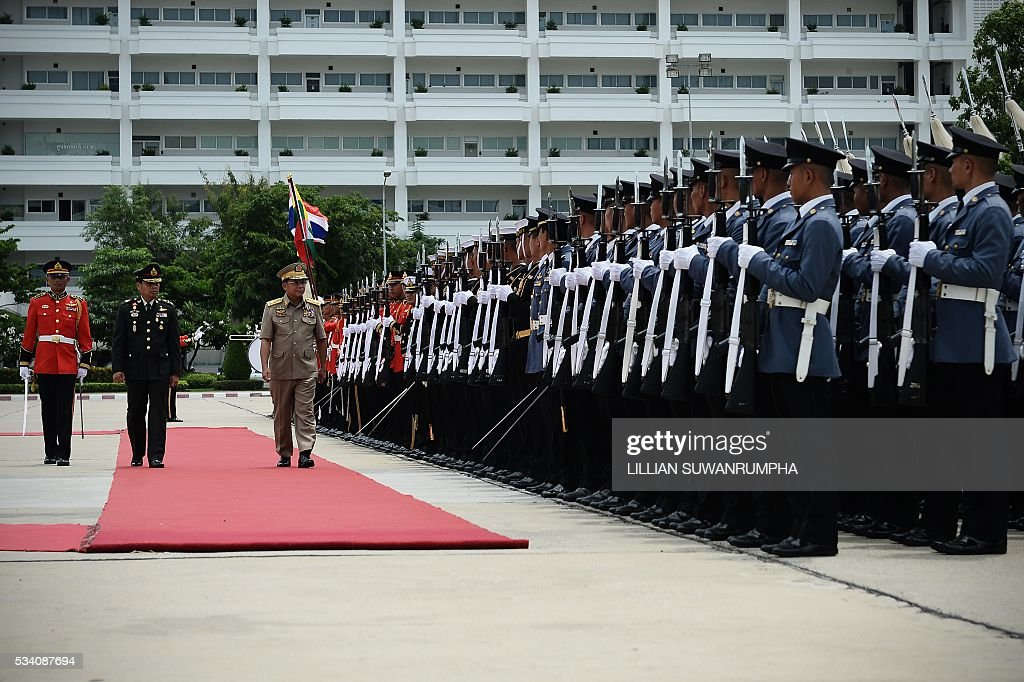Myanmar army chief General Min Aung Hlang (C) inspects Thai troops after arriving in Bangkok on May 25, 2016. The Burmese general is on a three day visit to Thailand and is scheduled to meet senior officials including Thailand's military ruler General Prayuth Chan-Ocha. / AFP / LILLIAN