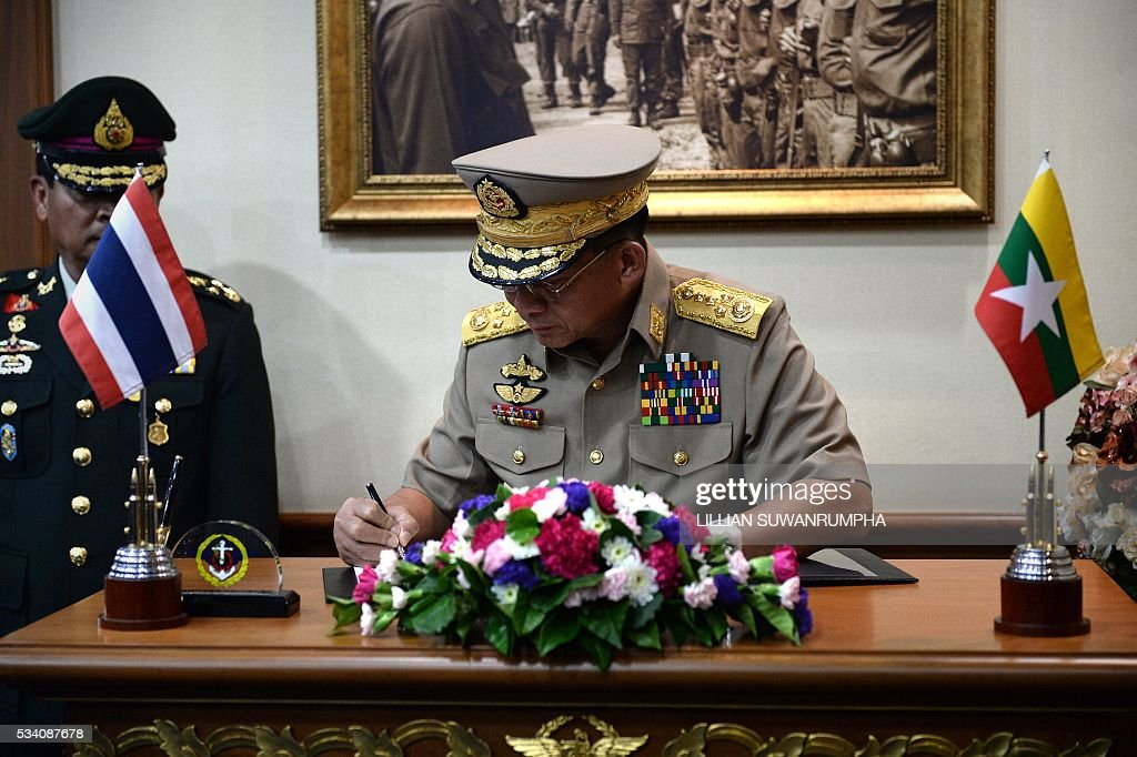 Myanmar army chief General Min Aung Hlang signs an official visitors book after arriving in Bangkok on May 25, 2016. The Burmese general is on a three day visit to Thailand and is scheduled to meet senior officials including Thailand's military ruler General Prayuth Chan-Ocha. / AFP / LILLIAN