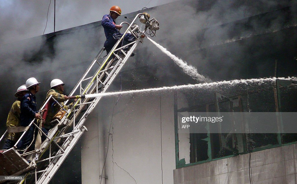 Myanmar firemen fight a blaze that broke out at the main market in Yangon on May 24 , 2010. A huge fire broke out at the main market in Myanmar's biggest city Yangon destroying hundreds of shops, but no victims were reported, shop owners and officials said.