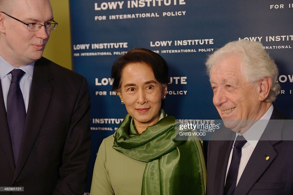 Myanmar opposition leader Aung San Suu Kyi (C) poses for a photograph with Lowe institute chairman Frank Lowe (R) and Lowy institute executive director Michael Fullilove (L) after arriving for an event at the Lowy institute for international policy in Sydney on November 28, 2013. Suu Kyi was involved in an interview style conversation at the institute as part of her five-day trip to Australia, where she will visit Sydney, Canberra and Melbourne. AFP PHOTO / Greg WOOD