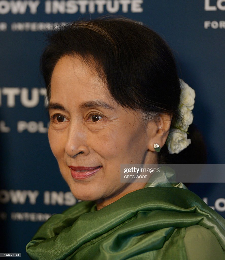 Myanmar opposition leader Aung San Suu Kyi poses for a photograph after arriving for an event at the Lowy institute for international policy in Sydney on November 28, 2013. Suu Kyi was involved in an interview style conversation at the institute as part of her five-day trip to Australia, where she will visit Sydney, Canberra and Melbourne. AFP PHOTO / Greg WOOD