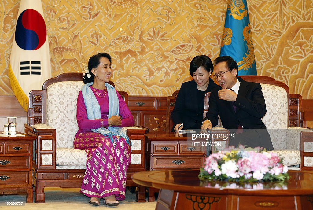 Myanmar opposition leader Aung San Suu Kyi (L) talks to South Korean President Lee Myung-Bak during her visit to the presidential Blue House in Seoul on January 29, 2013. Suu Kyi arrived in South Korea on January 28 for a four-day visit including meetings with politicians and a soap-opera star and the collection of a human rights award. AFP PHOTO / POOL / LEE Jae-Won