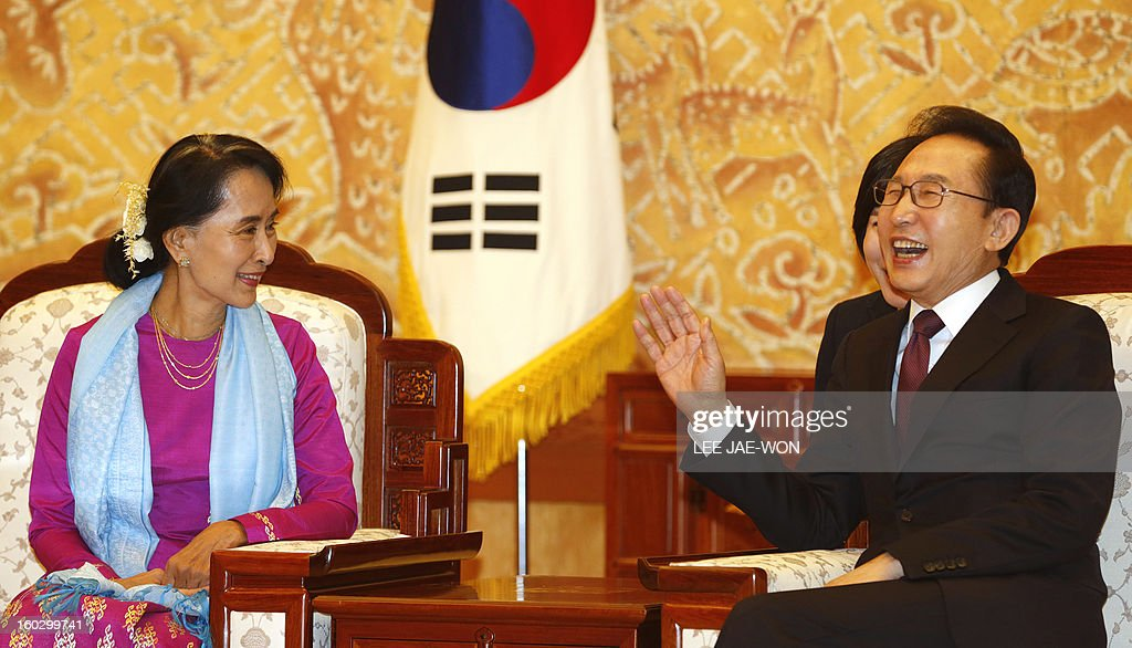 Myanmar opposition leader Aung San Suu Kyi (L) talks to South Korean President Lee Myung-Bak (R) during her visit to the presidential Blue House in Seoul on January 29, 2013. Suu Kyi arrived in South Korea on January 28 for a four-day visit including meetings with politicians and a soap-opera star and the collection of a human rights award. AFP PHOTO / POOL / LEE Jae-Won