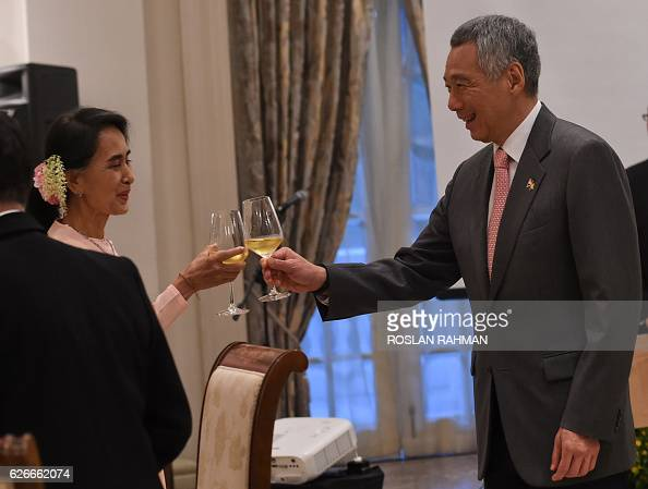 Myanmar State Counsellor Aung San Suu Kyi and Singapore Prime Minister Lee Hsien Loong raise a toast during a dinner function at the Istana...