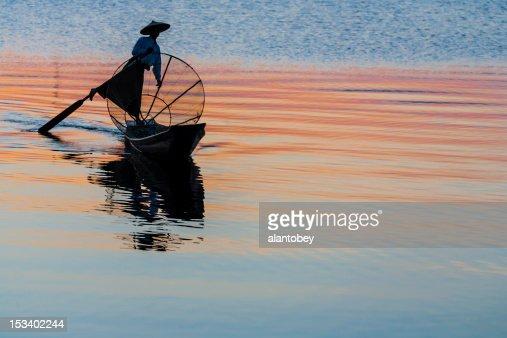 Myanmar: Traditional Fisherman on Inle Lake at Sunset : Stockfoto