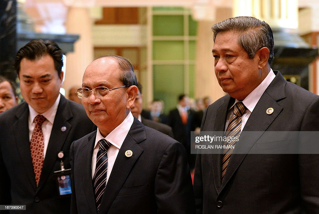 Myanmar's President Thein Sein (C) and Indonesia's President Susilo Bambang Yudhoyono (R) walk together as they arrive for lunch at the Association of Southeast Asian Nations (ASEAN) summit in Bandar Seri Begawan on April 25, 2013. Southeast Asian leaders of the 10-member grouping were set to wrap up a summit on April 25 dominated by efforts to defuse tensions over the South China Sea and deepen economic links throughout the region.
