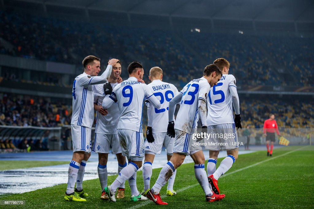 http://media.gettyimages.com/photos/mykola-morozyuk-of-fc-dynamo-kyiv-celebrates-his-goal-with-team-mates-picture-id887795770?k=6&m=887795770&s=594x594&w=0&h=XMDy7nlHR4XjRAuLi2NKtBX1n_TOoT2lEkjr58DNKjU=