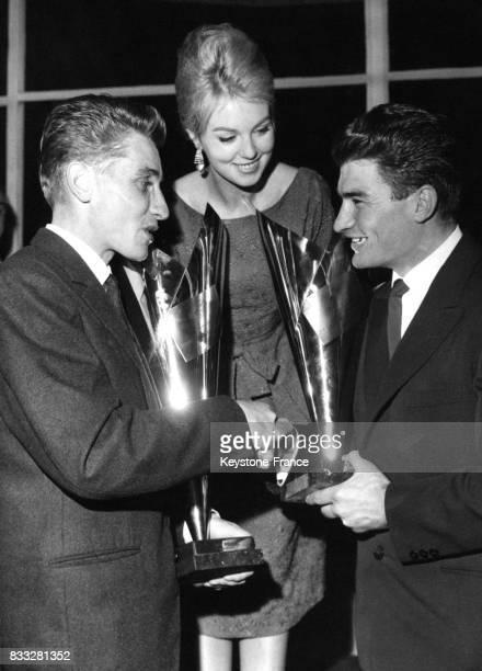 Mylène Demongeot et Poulidor remettent ses trophées à Jacques Anquetil à Paris France le 15 novembre 1961