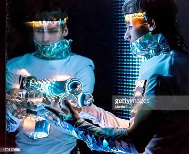 Misteriosa masculino com esferas de cristal Mágica