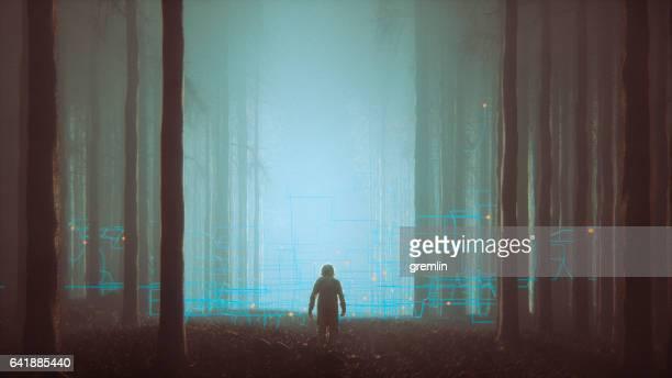 Forêt de mystère avec l'astronaute perdu