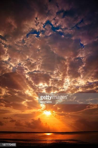 Mystical raios de sol da manhã céu nublado