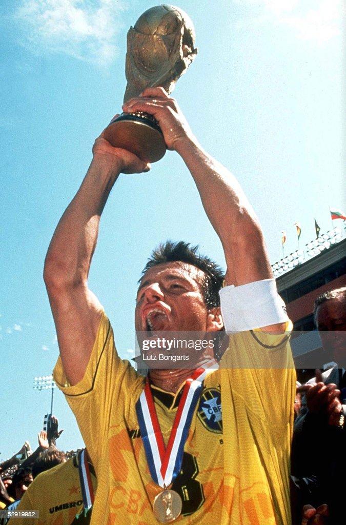 USA los Angeles Finale BRASILIEN ITALIEN 32 n E BRASILIEN FUSSBALLWELTMEISTER 1994 Carlos DUNGA mit WM POKAL/Cup