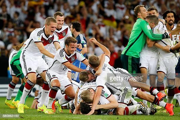 Schlussjubel der deutschen Mannschaft mit Mesut Ösil Oesil Deutschland Weidenfeller Mats Hummels Deutschland Per Mertesacker Deutschland Benedikt...