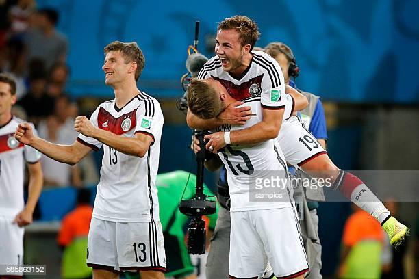 Schlussjubel von Torschützen Mario Götze Goetze Deutschland Germany mit Durm und Thomas Müller Müller Deutschland Fussball Weltmeister Deutschland...