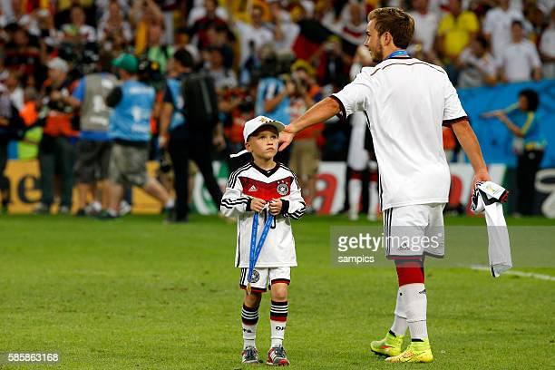 Sohn von Lukas Podolski Deutschland Louis mit Mario Götze Goetze Deutschland Germany Fussball Weltmeister Deutschland Weltmeisterschafts Finale...