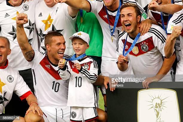 Lukas Podolski Deutschland mit Sohn Louis und Mario Götze Goetze Deutschland Germany Fussball Weltmeister Deutschland Weltmeisterschafts Finale...