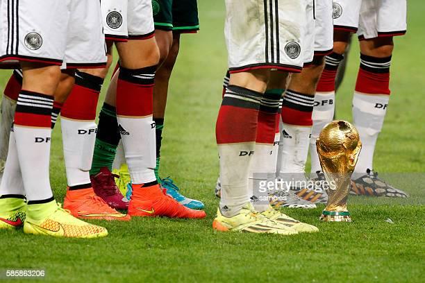 WM Pokal Weltmeisterschftspokal steht an den Füssen der deutschen Spieler Fussballschuhe Fussball Weltmeister Deutschland Weltmeisterschafts Finale...