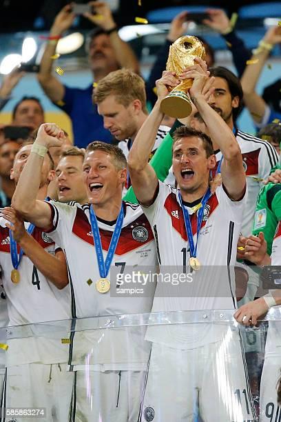 Miroslav Klose Deutschland mit WM Pokal Weltmeisterschaftspokal und Bastian Schweinsteiger Deutschland Fussball Weltmeister Deutschland...
