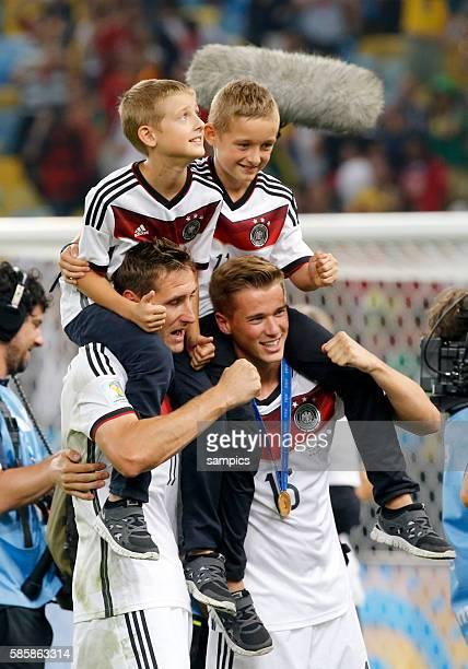 Miroslav Klose Deutschland und Durm mit Kindern auf den schultern Fussball Weltmeister Deutschland Weltmeisterschafts Finale Deutschland Argentinien...
