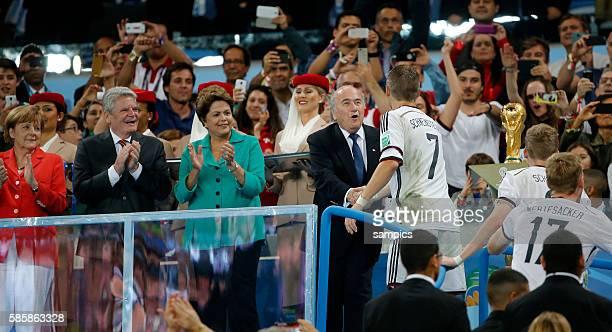 Auf dem Weg zur Siegerehrung Bastian Schweinsteiger Deutschland mit Sepp Blatter Brasilien Präsidentin Dilma Rousseff Bundespräsident Joachim Gauck...