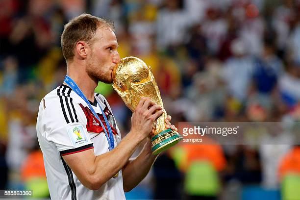 Benedikt Höwedes Deutschland mit WM Pokal Weltmeisterschaftspokal Fussball Weltmeister Deutschland Weltmeisterschafts Finale Deutschland Argentinien...