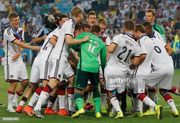 Tanz der deutschen Mannschaft um den WM Pokal Weltmeisterschaftspokal Fussball Weltmeister Deutschland Weltmeisterschafts Finale Deutschland...