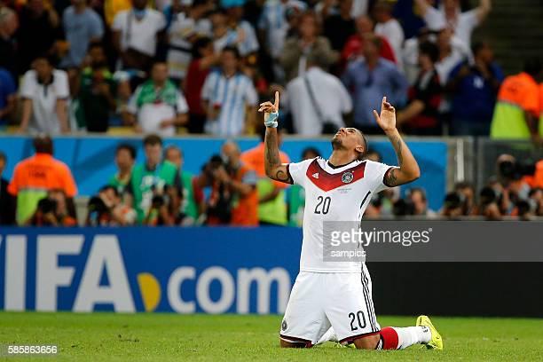 Betet und kniet am Boden nach dem Schlusspfiff Jerome Boateng Deutschland Fussball Weltmeister Deutschland Weltmeisterschafts Finale Deutschland...