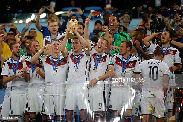 Miroslav Klose Deutschland mit WM Pokal Weltmeisterschaftspokal Bastian Schweinsteiger Deutschland Andre Schürle Schuerle Deutschland Benedikt...