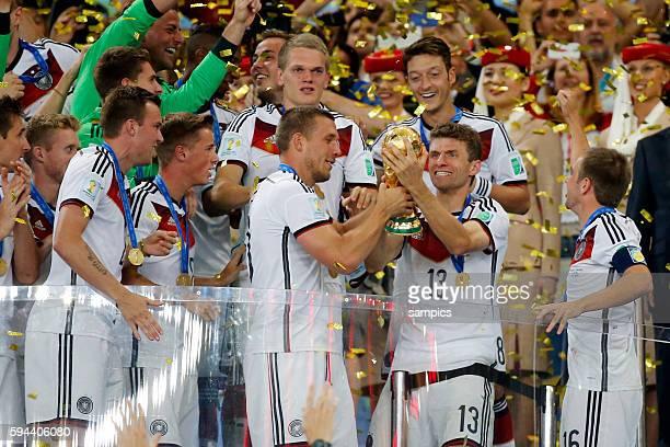 Siegerehrung Phlipp Lahm Deutschland Germany mit WM Pokal Weltmeisterschaftspokal Lukas Podolski Deutschlandl Thomas Müller Müller Deutschland...