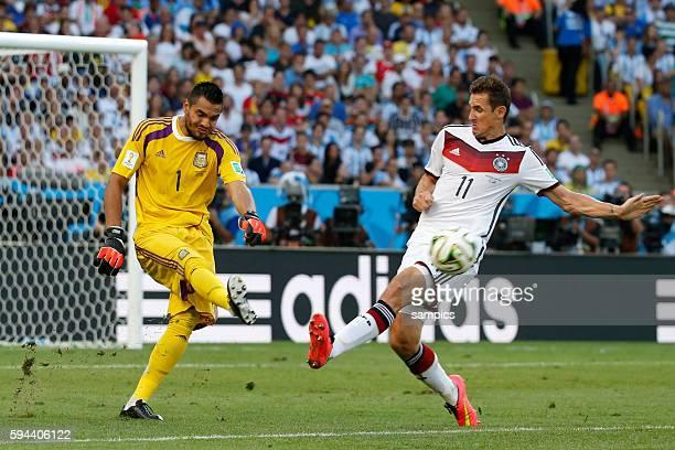 Sergio Romero Argentinien Argentina ARG gegen Miroslav Klose Deutschland Fussball Weltmeister Deutschland Weltmeisterschafts Finale Deutschland...