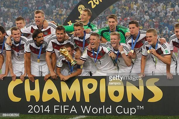 Sieger Mannschaftsfoto des Weltmeisters mit WM Pokal Weltmeisterschftspokal Bastian Schweinsteiger Deutschland Phlipp Lahm Deutschland Germany Andre...