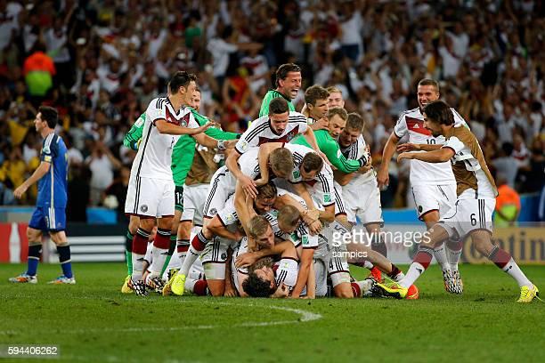Schlussjubel der deutschen Mannschaft mit Mats Hummels Deutschland Mario Götze Goetze Deutschland Germany Per Mertesacker Deutschland Mesut Ösil...