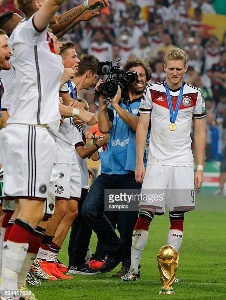 Andre Schürle Schuerle Deutschland mit dem WM Pokal Weltmeisterschaftspokal Fussball Weltmeister Deutschland Weltmeisterschafts Finale Deutschland...