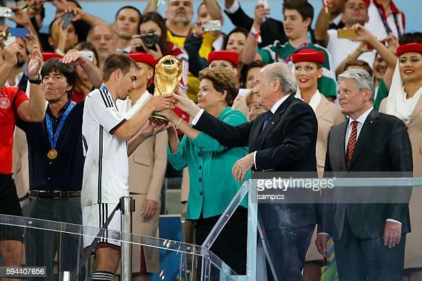 Kapitän Phlipp Lahm Deutschland Germany mit WM Pokal Weltmeisterschaftspokal bei der Siegerehrung mit Sepp Blatter Joachim Gauck und Brasilien...