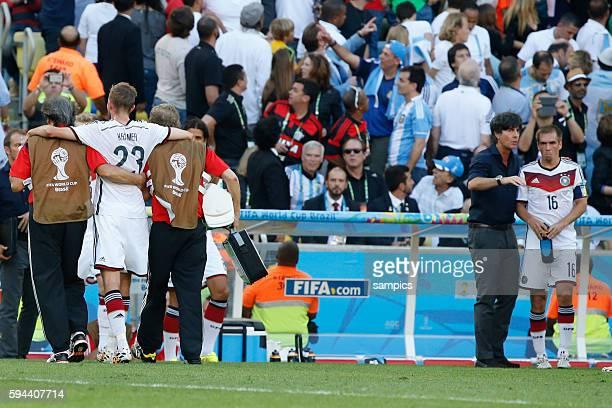 Christoph Kramer muss verletzt vom Platz Bundestrainer Trainer Coach Joachim Jogi Loew Löw Deutschland e mit Phlipp Lahm Deutschland Germany Fussball...