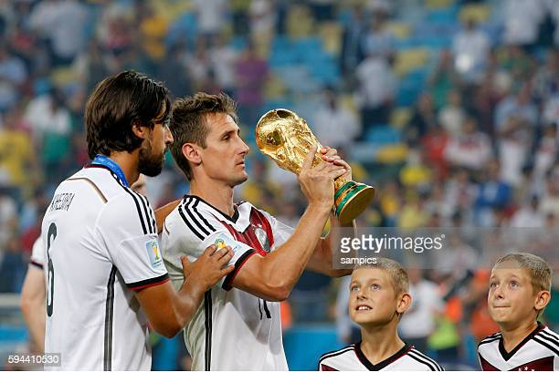 Miroslav Klose Deutschland mit seinen Söhnen Zwillingssöhnen Noah und Luan mit WM Pokal Weltmeisterschaftspokal Sami Khedira Deutschland Fussball...