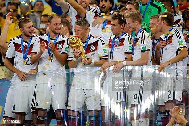 Sieger Mannschaftsfoto des Weltmeisters mit WM Pokal Weltmeisterschftspokal Bastian Schweinsteiger Deutschland Benedikt Höwedes Deutschland Miroslav...