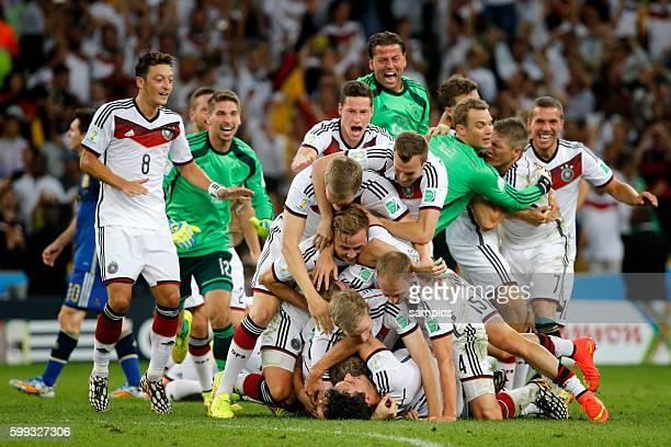 Schlussjubel Jubeltraube über Mats Hummels Deutschland mit Per Mertesacker Deutschland Benedikt Höwedes Deutschland Mario Götze Goetze Deutschland...