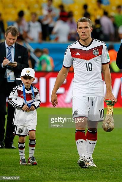 Lukas Podolski Deutschland mit Sohn Louis Toni und WM Pokal Weltmeisterschaftspokal Fussball Weltmeister Deutschland Weltmeisterschafts Finale...