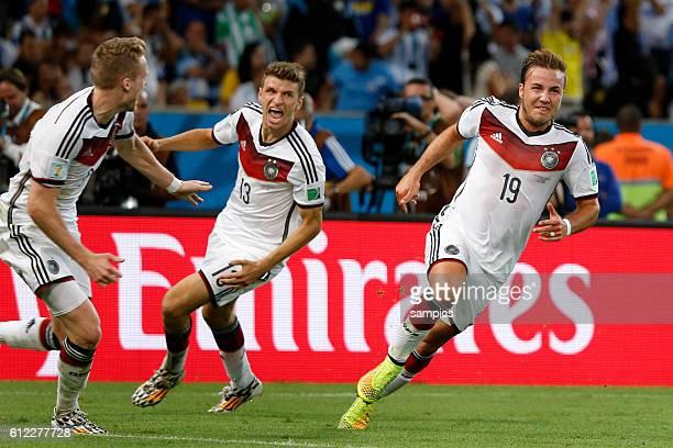 Torjubel des Torschützen zum Siegtreffer Mario Götze Goetze Deutschland Germany mit Andre Schürle Schuerle Deutschland Thomas Müller Müller...