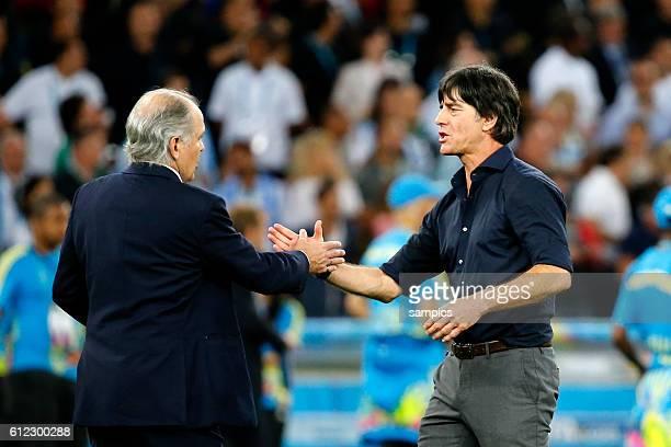Bundestrainer Trainer Coach Joachim Jogi Loew Löw Deutschland mit Alejandro Sabella nach dem Spiel Fussball Weltmeister Deutschland...
