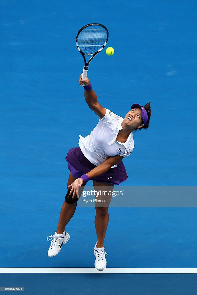 Na Li of China serves in her third round match against Sorana Cirstea of Romania during day five of the 2013 Australian Open at Melbourne Park on January 18, 2013 in Melbourne, Australia.