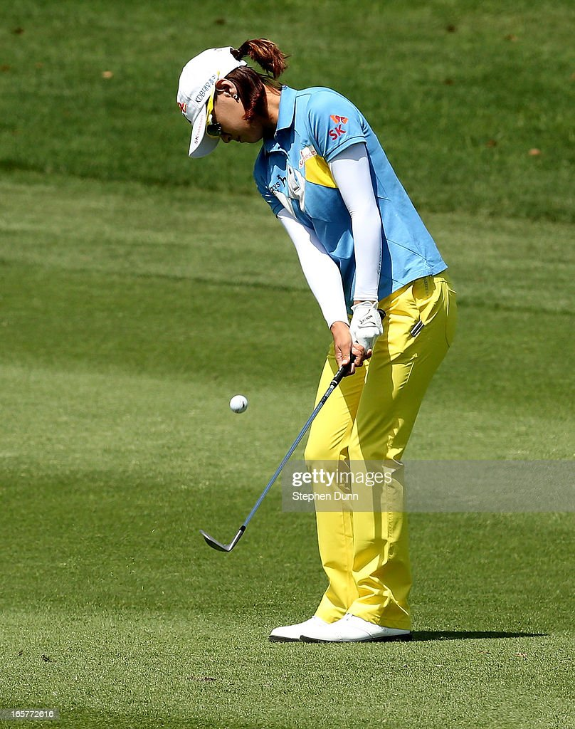<a gi-track='captionPersonalityLinkClicked' href=/galleries/search?phrase=Na+Yeon+Choi&family=editorial&specificpeople=4979078 ng-click='$event.stopPropagation()'>Na Yeon Choi</a> of South Korea hits onto the green on the second hole during the second round of the Kraft Nabisco Championship at Mission Hills Country Club on April 5, 2013 in Rancho Mirage, California.