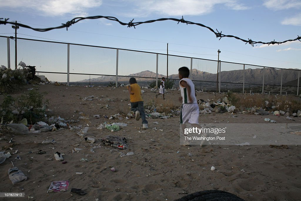 naborder DATE PHOTOGRAPHER SARAH L VOISIN Juarez Mexico Neg # Border between El Paso Texas and Ciudad Juarez Mexico Friday Afternoon Story by Roig...