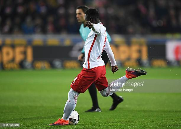 Naby Deco Keita of RB Leipzig scores the first goal during the Bundesliga match between SC Freiburg and RB Leipzig at SchwarzwaldStadion on November...