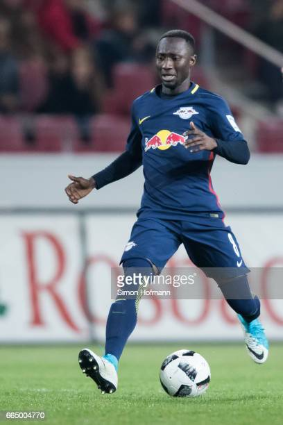 Naby Keita of Leipzig controls the ball during the Bundesliga match between 1 FSV Mainz 05 and RB Leipzig at Opel Arena on April 5 2017 in Mainz...