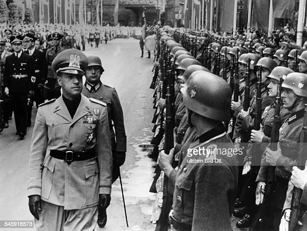 Nach der Ankunft auf dem Anhalter BahnhofAussenminister Galeazzo Graf Cianobeim Abschreiten der Front einerEhrenkompanie