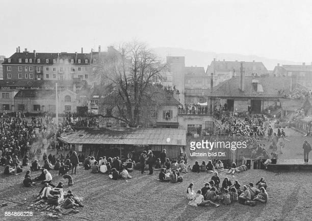 Nach der Frühlingsdemonstration dringen Hunderte in das Areal des autonomen Jugendzentrums ein und besetzen es