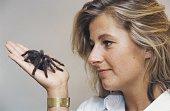 Nach erfolgreichem Abschluss der Therapie kann die Patientin Katrin Weuster die vorher an Arachnophobie litt eine Vogelspinne in die Hand nehmen ohne...
