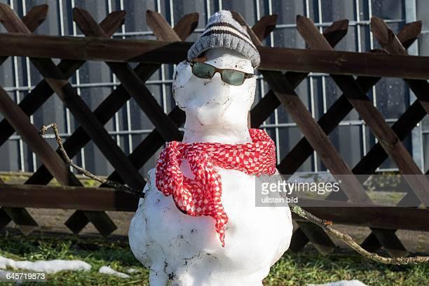 Nach Schnee und Frost in den letzten Tagen kommt im Saarland endlich wieder die Sonne raus Einem Schneemann den Kinder auf dem Spielplatz auf der...